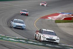 Brad Keselowski, Team Penske, Ford Fusion Discount Tire, Kevin Harvick, Stewart-Haas Racing, Ford Fusion Busch Light, e Kyle Busch, Joe Gibbs Racing, Toyota Camry Snickers Intense