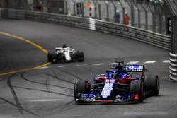 Brendon Hartley, Toro Rosso STR13, devant Lance Stroll, Williams FW41