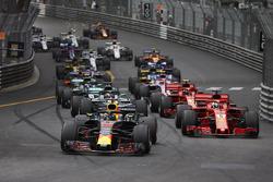 Daniel Ricciardo, Red Bull Racing RB14, leads Sebastian Vettel, Ferrari SF71H, Lewis Hamilton, Mercedes AMG F1 W09, Kimi Raikkonen, Ferrari SF71H, at the start of the race