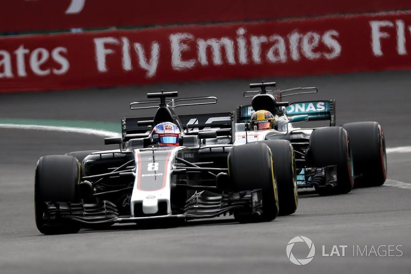 Romain Grosjean, Haas F1 Team VF-17 y Lewis Hamilton, Mercedes-Benz F1 W08
