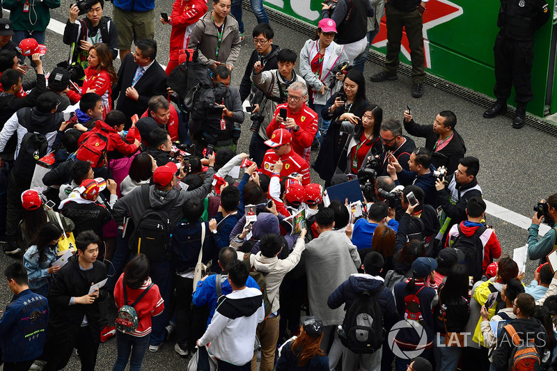 Kimi Raikkonen, Ferrari signs autographs for the fans