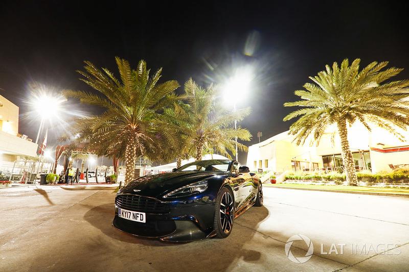 Автомобиль Aston Martin в паддоке