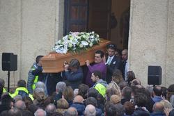 Amici e conoscenti al funerale di Fausto Vignola