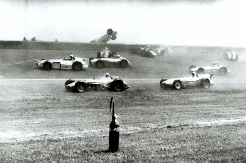 73 человека (из них 42 гонщика) погибли в результате аварий за всю историю «Индианаполис Мотор Спидвея»