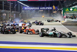 Старт гонки: Льюис Хэмилтон, Mercedes AMG F1 W07 Hybrid,Нико Хюлькенберг, Sahara Force India F1 VJM0
