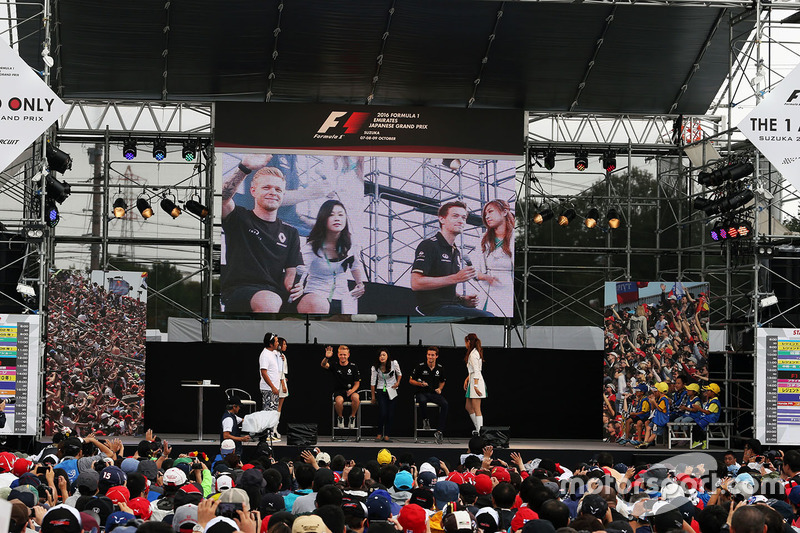 Kevin Magnussen, Renault Sport F1 Team and team mate Jolyon Palmer, Renault Sport F1 Team RS16 at the fans stage