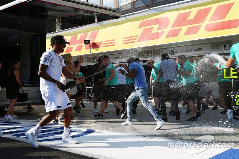 Lewis Hamilton, Mercedes AMG F1 Team celebrates with the team