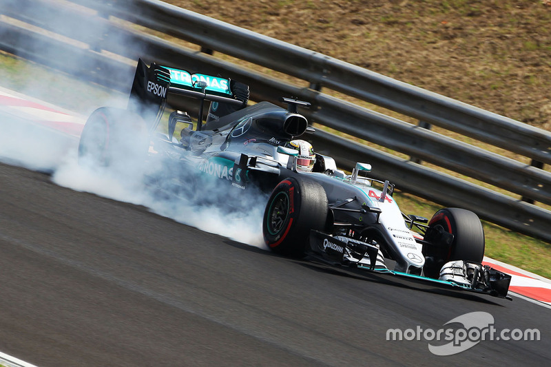 Lewis Hamilton, Mercedes AMG F1 W07 Hybrid locks up under braking