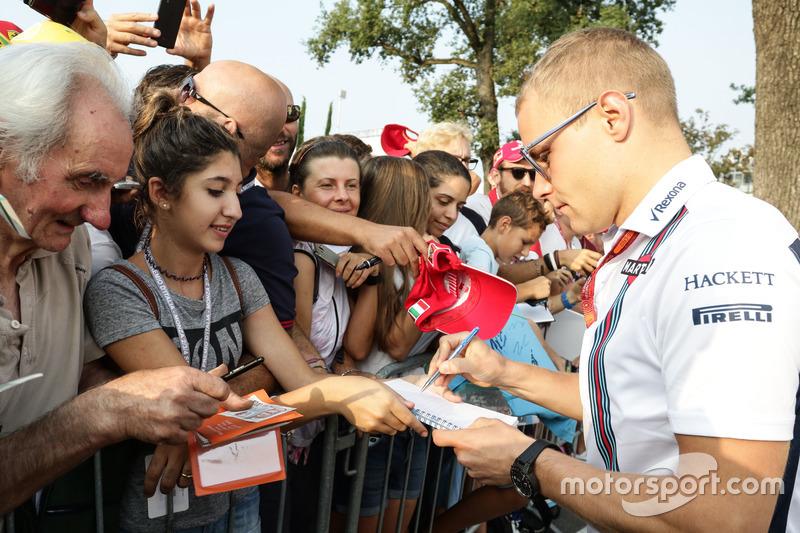 Valtteri Bottas, Williams firma autografi ai tifosi