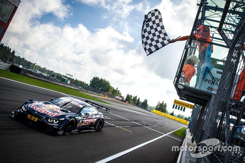 Bandiera a scacchi per Marco Wittmann, BMW Team RMG, BMW M4 DTM