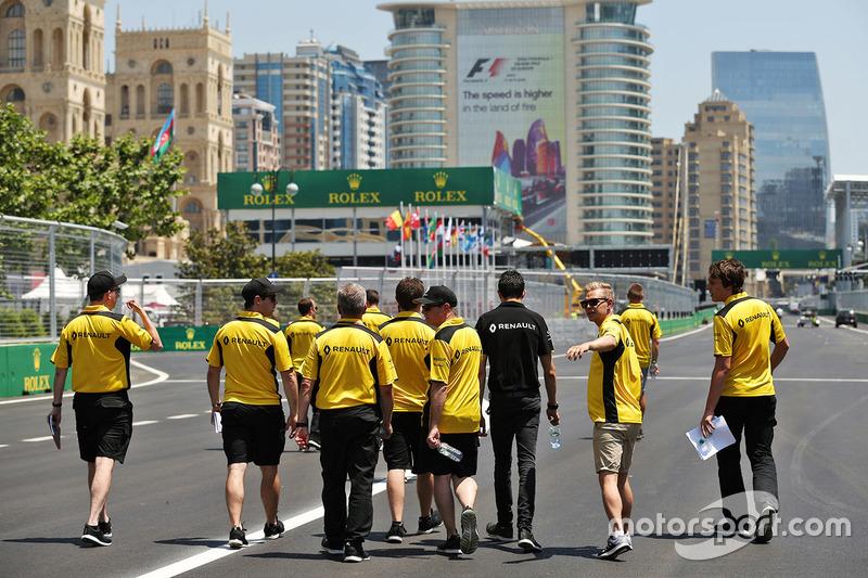 Тест-пілот Renault Sport F1 Team Естебан Окон і Кевін Магнуссен, Renault Sport F1 Team, прогулюються