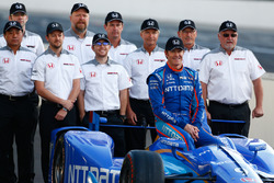 Scott Dixon, Chip Ganassi Racing Honda poses for front row photos with the Honda engineers