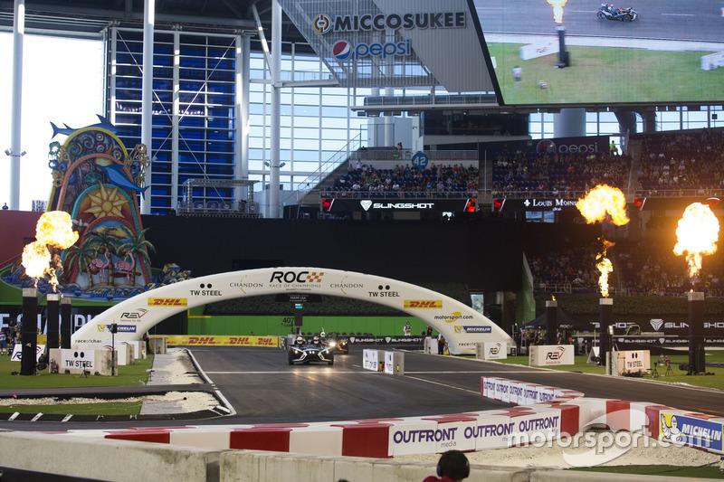 Alexander Rossi, supera a Petter Solberg, conduce el Polaris Slingshot SLR