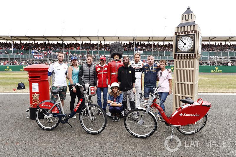 Stoffel Vandoorne, McLaren,Marc Gene de Ferrari y Jenson Button, McLaren, con Sky presenter Natalie Pinkham