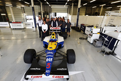 Групповое фото с автомобилем Williams FW14B Renault