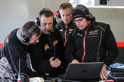 Des membres de l'équipe RP Motorsport
