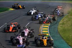 Нико Хюлькенберг, Renault Sport F1 RS17, и Серхио Перес, Sahara Force India F1 VJM10