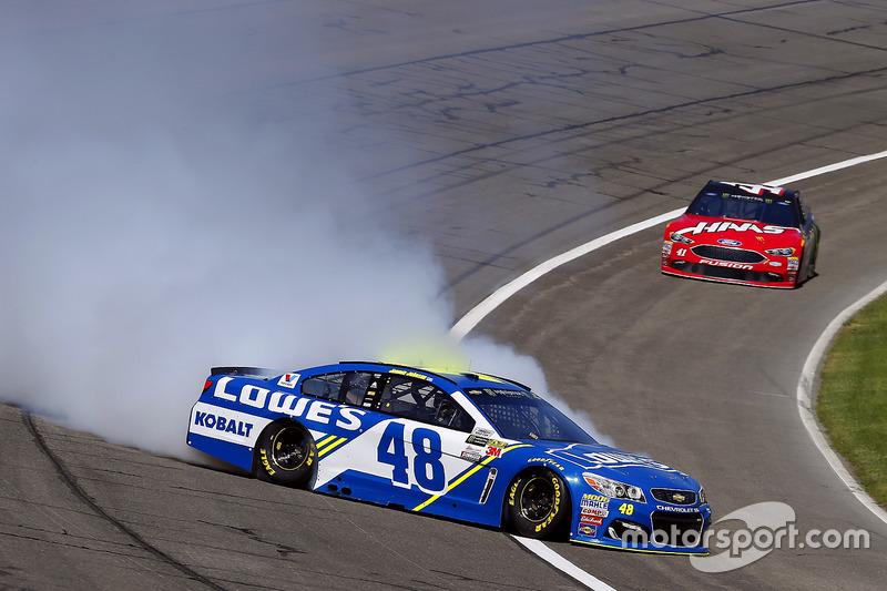Jimmie Johnson, Hendrick Motorsports Chevrolet pierde el control en la curva 4