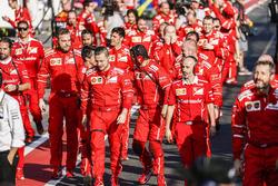 Ingenieros de Ferrari en el Parc Ferme