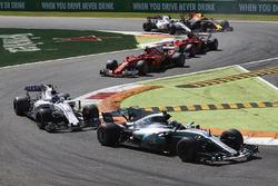 Валттери Боттас, Mercedes AMG F1 W08, Лэнс Стролл, Williams FW40, Кими Райкконен и Себастьян Феттель, Ferrari SF70H