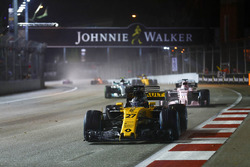 Nico Hulkenberg, Renault Sport F1 Team RS17 devant Sergio Perez, Sahara Force India F1 VJM10 et Valtteri Bottas, Mercedes AMG F1 W08