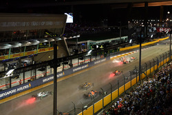 Sebastian Vettel, Ferrari SF70H, Max Verstappen, Red Bull Racing RB13 et Kimi Raikkonen, Ferrari SF70H s'accrochent au départ de la course