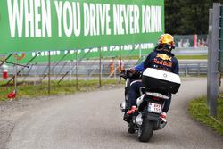 Max Verstappen, Red Bull Racing, sur un scooter après son abandon