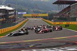 Льюіс Хемілтон, Mercedes-Benz F1 W08, лідирує на старті