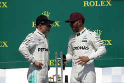 Ganador, Lewis Hamilton, Mercedes AMG F1 celebra en el podium, Valtteri Bottas, Mercedes AMG F1