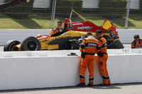 La monoposto di Ryan Hunter-Reay, Andretti Autosport Honda, viene recuperata dal Holmatro Safety Team dopo l'incidente