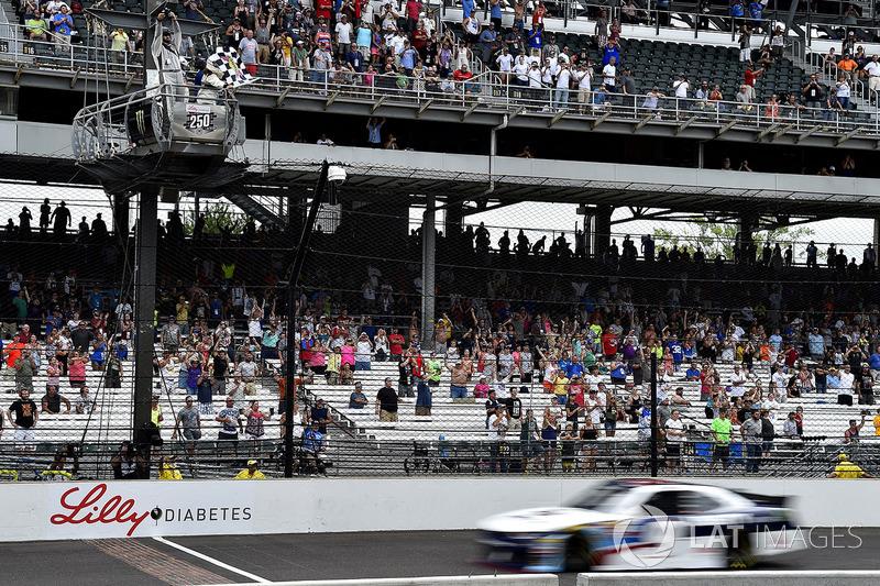 William Byron, JR Motorsports Chevrolet se lleva la bandera a cuadros