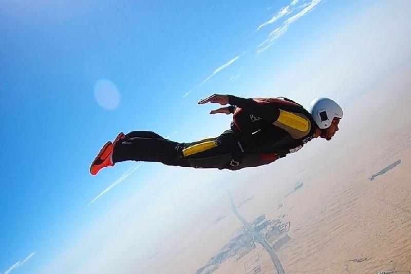 Gefährliches Hobby: Lewis Hamilton macht den Fallschirm-Schein