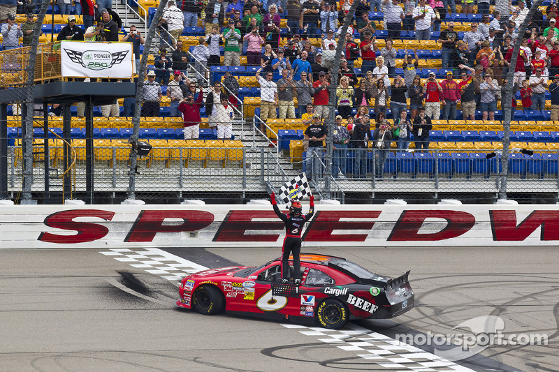 Stenhouse spanks field at Iowa