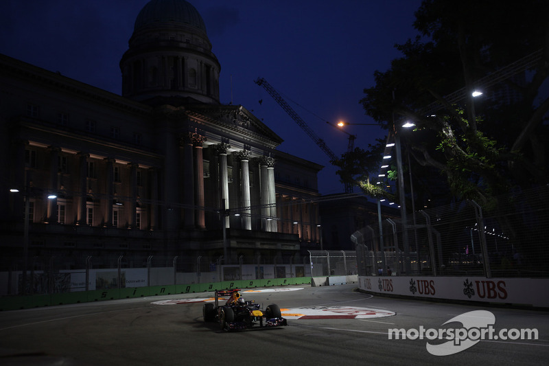 Ecclestone says Singapore staying on calendar