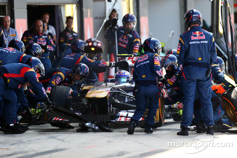 Formula One considers minimum time for pitstops