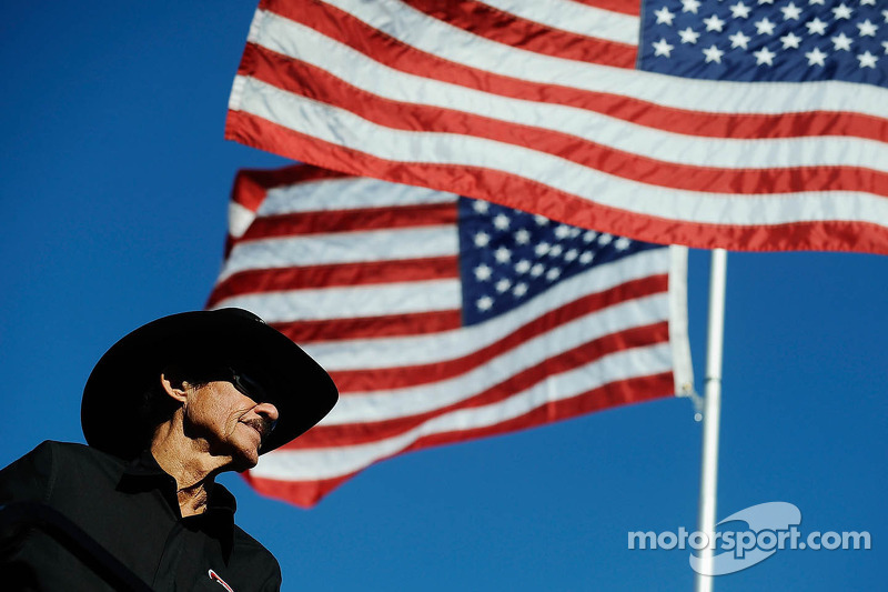 Richard Petty returns to race track after mourning wife Lynda's death
