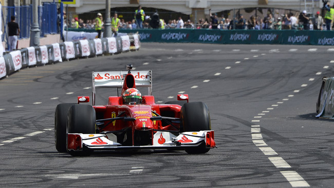 Il rombo della Ferrari sulle strade di Mosca