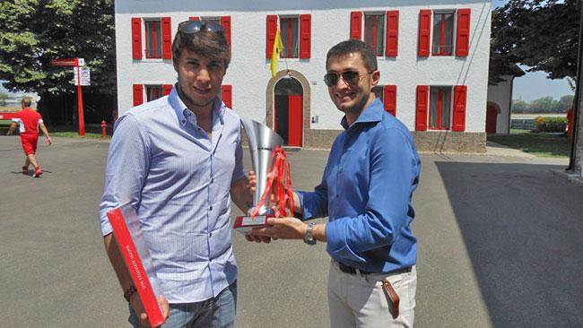 La Ferrari consegna a Gobbo il trofeo del Mugello