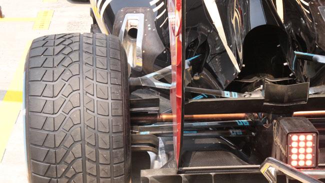 La Lotus modifica il cofano motore e gli scarichi