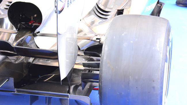 La Mercedes sfoga l'aria calda in coda al cofano