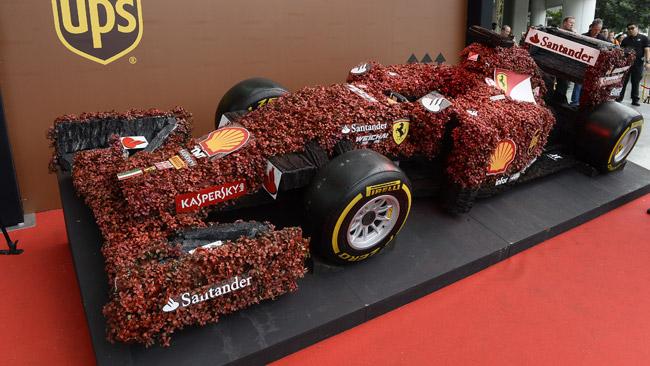 A Singapore appare anche una Ferrari in... corteccia!