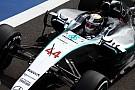 Hamilton domina la 1° práctica y Pérez vuelca