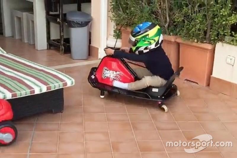 """Felipinho Massa """"supera"""" o pai em brincadeira de mini-kart"""
