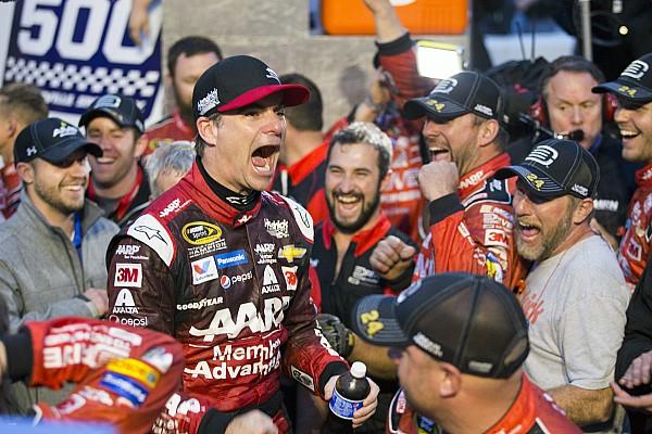 Monster Energy NASCAR Cup Gordon wint Martinsville, strijdt voor vijfde titel in seizoensfinale