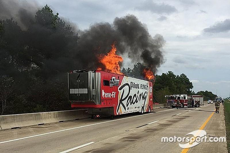 Carros da HScott Motorsport pegam fogo em estrada no Texas