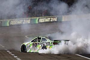 Monster Energy NASCAR Cup Raceverslag NASCAR: Kyle Busch wint opnieuw, crash met 13 deelnemers (video)