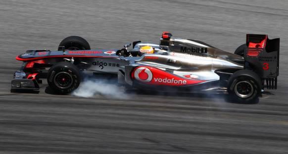 Hamilton: Red Bull en az yarım saniyesini gizliyor