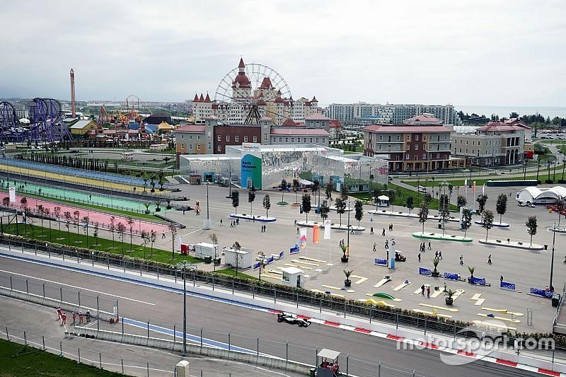 Hamilton rapste tijdens tweede training in Sochi, Vettel valt stil