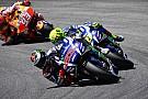 Lorenzo klopt Marquez in GP Italië, Rossi ziet winstkansen in rook opgaan