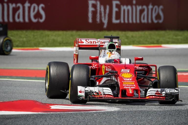 Brutálisan jó kameranézetből Vettel startja Barcelonából: ez már minőség!